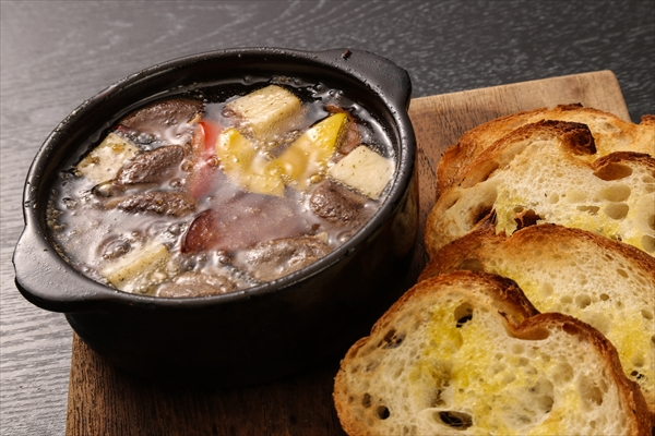 燻製雲仙ハムとキノコのアヒージョ パンを添えて